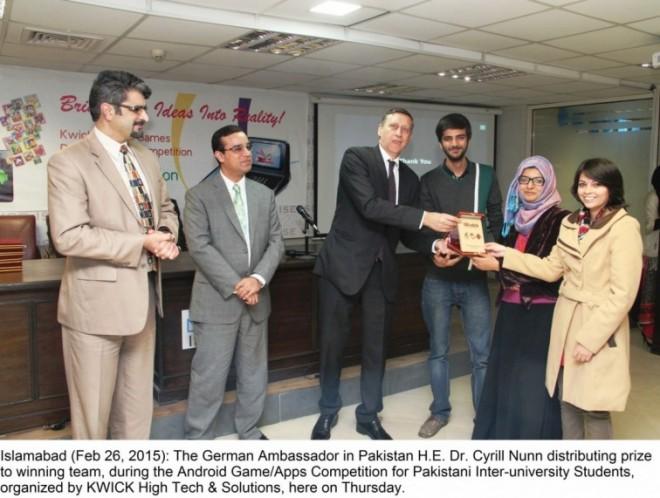 German Ambassador in Pakistan awarding prize to winning team.