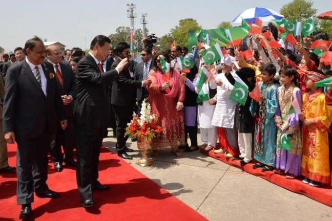 Pakistani school children welcome Chinese President in Islamabad.