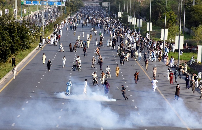 A large number of protestors moving into Islamabad city while police attemtpting to keep them off. Photo by S A Qureshi/INP
