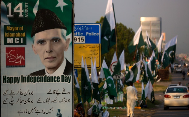 A portrait of Mohammad Ali Jinnah, founder of Pakistan displays at a roadside where vendors selling national flags, badges ahead of Pakistan Independence Day in Islamabad, Pakistan on Aug. 14, 2106. Photo: AP/B.K. Bangash