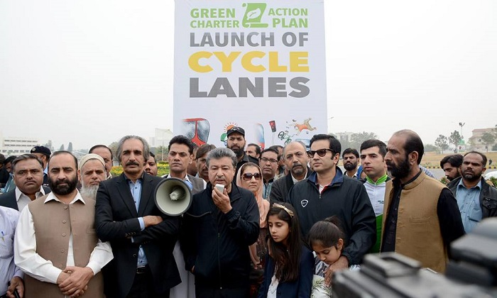 Islamabad Mayor Sheikh Ansar Aziz with cycling lovers at the launch of dedicated bicycling lanes in Islamabad event on 12 November 2016
