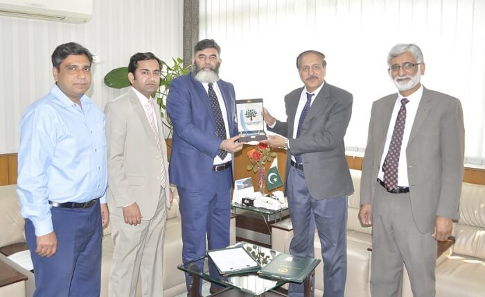 SPFC signs MoU with Arid Agriculture University to promote forestry research. Tahir Rasheed, CEO, SPFC presenting a souvenir to Prof. Dr. Sarwat N. Mirza, VC, PMAS-Arid Agriculture University Rawalpindi